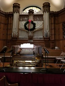 Photo of organ with wreath